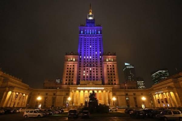Цвета украинского флага на важнейших зданиях Польши