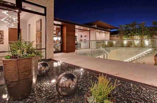 Элемент помпезности в современном оформлении дома в Калифорнии